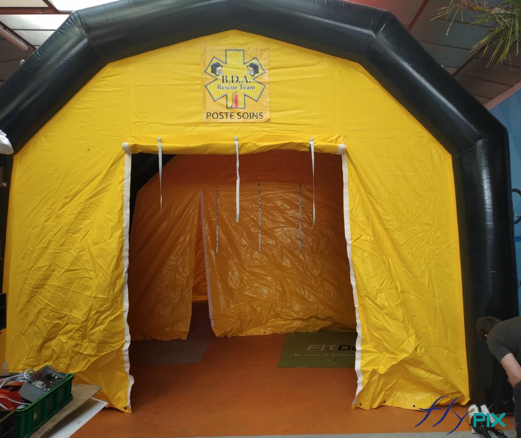 La tente PMA avec la porte large pignon ouverte, il y au sol une bâche lavable en PVC, soudée à la tente, pour une hygiène parfaite.
