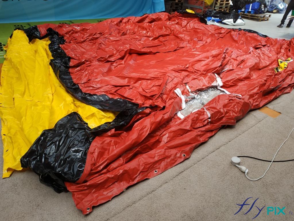 La tente médical est un abri gonflable qui peut être plié et rangé facilement. Ici on voit la tente PMA dégonflée.