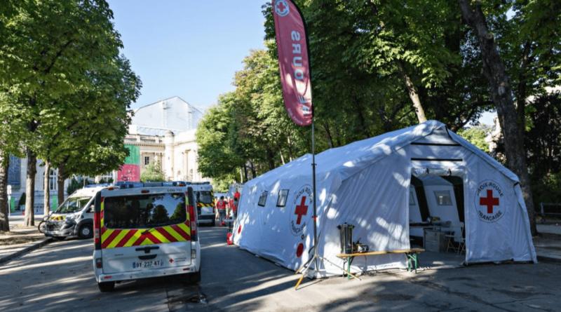 Des modules de tentes gonflables de la Croix Rouge Française, en SAV/réparation