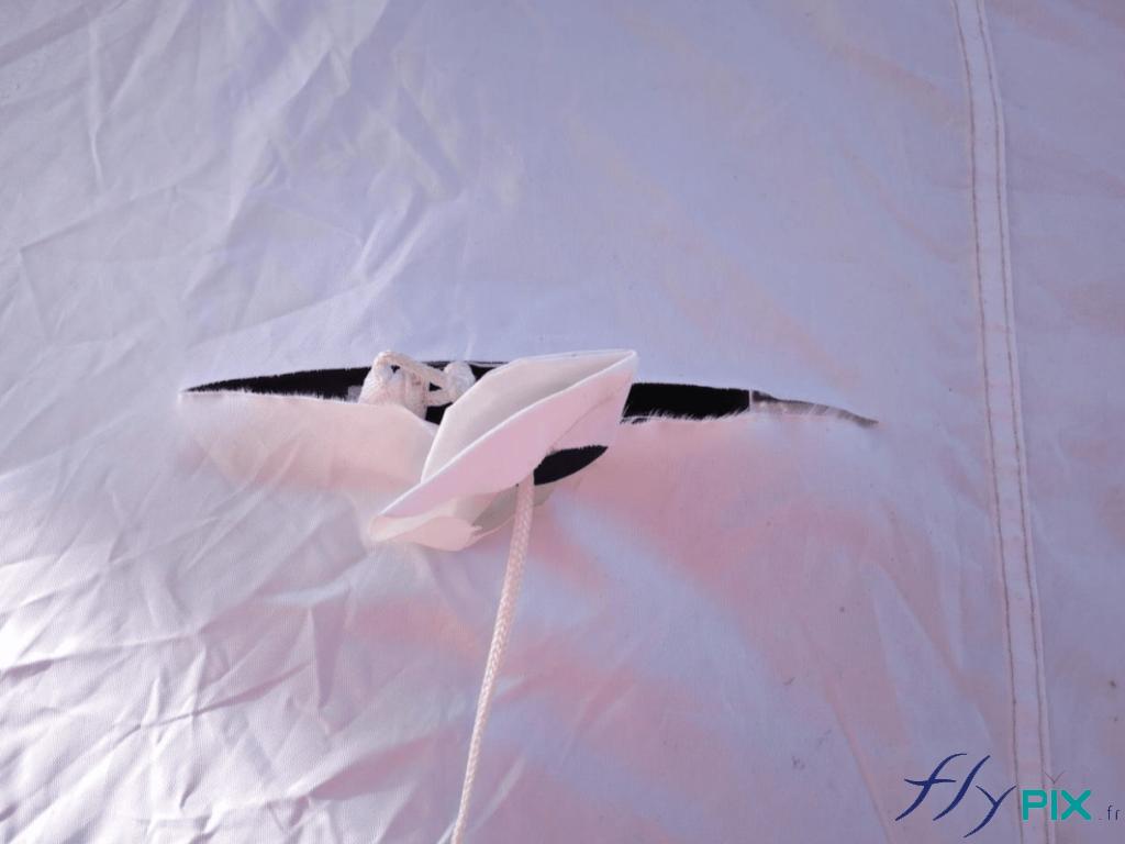 Des déchirures et des trous d'enveloppe de tente PMA, qui doivent être réparées.
