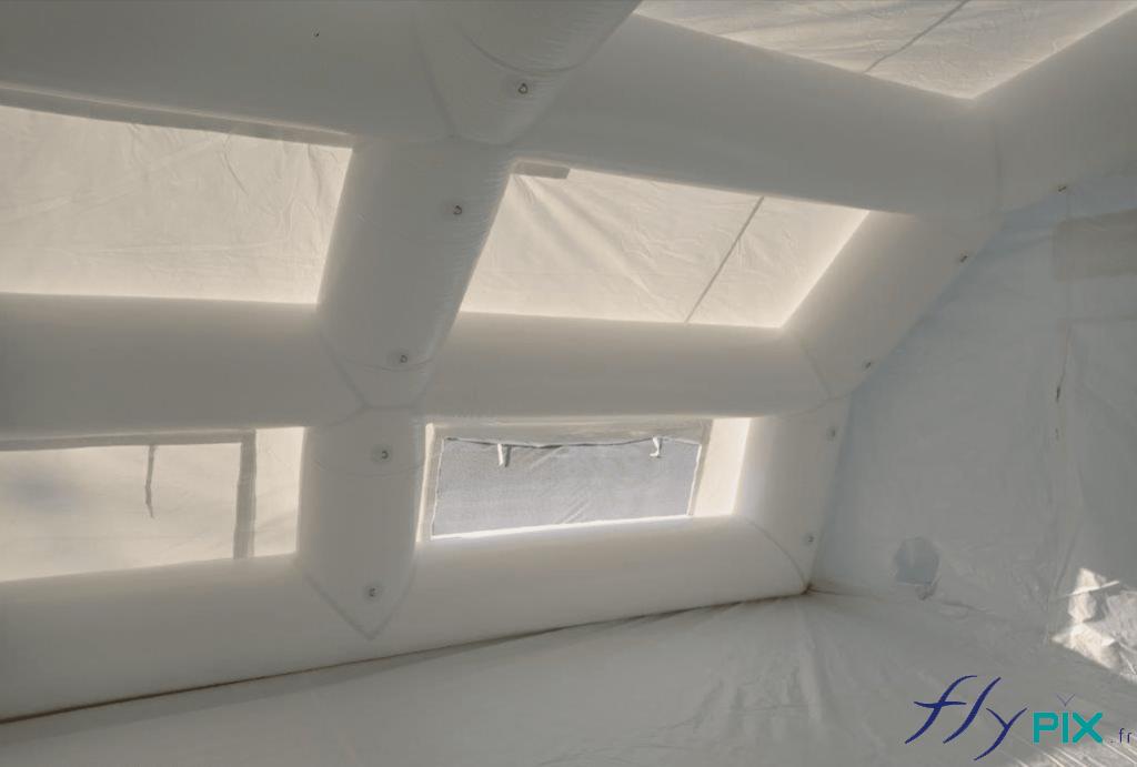 Vue intérieure de la tente de poste de premiers secours, un abri gonflable PMA fabriqué sur mesure par nos soins, pour l'armée française.