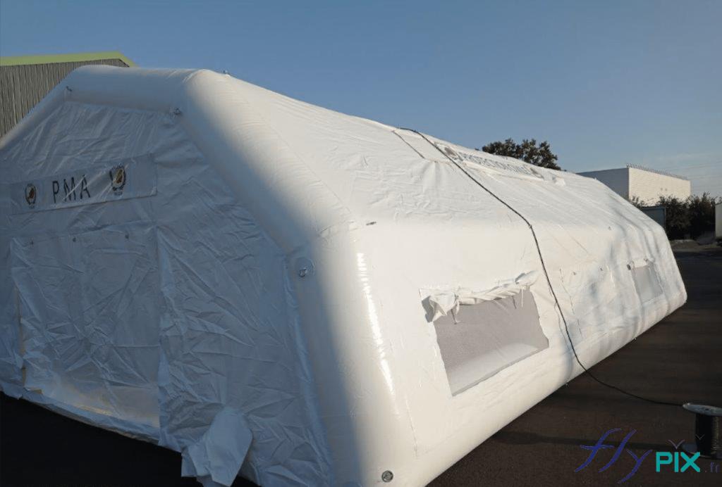 La tente PMA gonflable est dotée de larges fenêtres, avec moustiquaires.