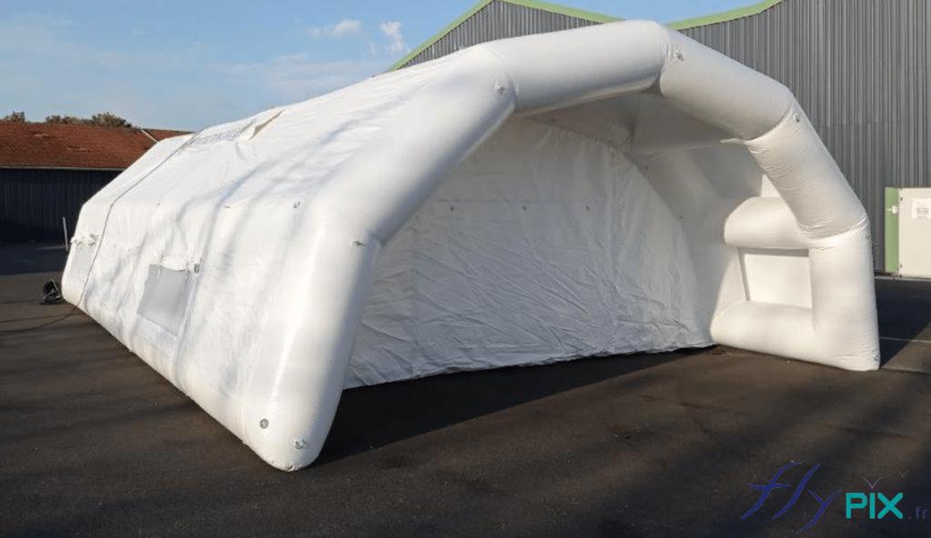 Une autre vue générale de la tente médicale gonflable, une structure air captif, les boudins d'ossatures sont gonflés à l'air avec une pompe et un régulateur de pression.