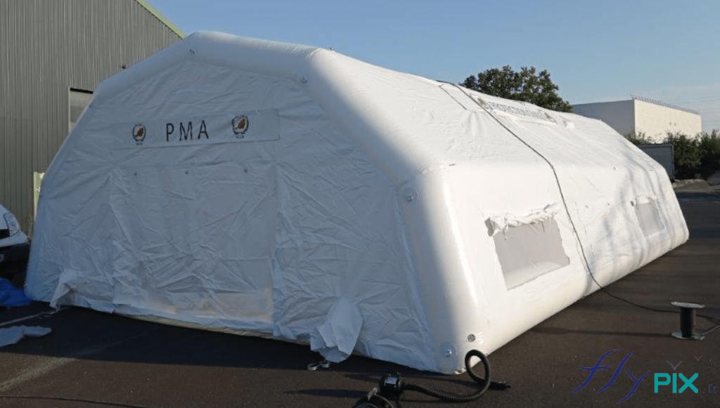 Vue générale de la tente poste médical avancé (tente PMA), gonflée à l'air avec une pompe électrique.