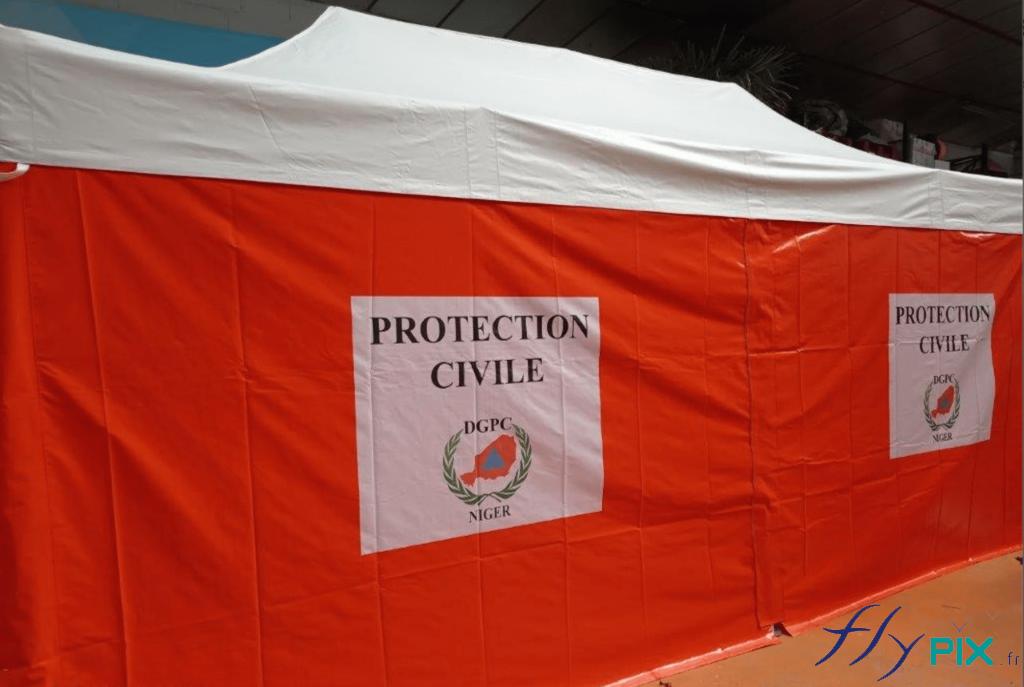 Mur de tente PMA pliable avec des marquages personnalisés en impression numérique couleur.