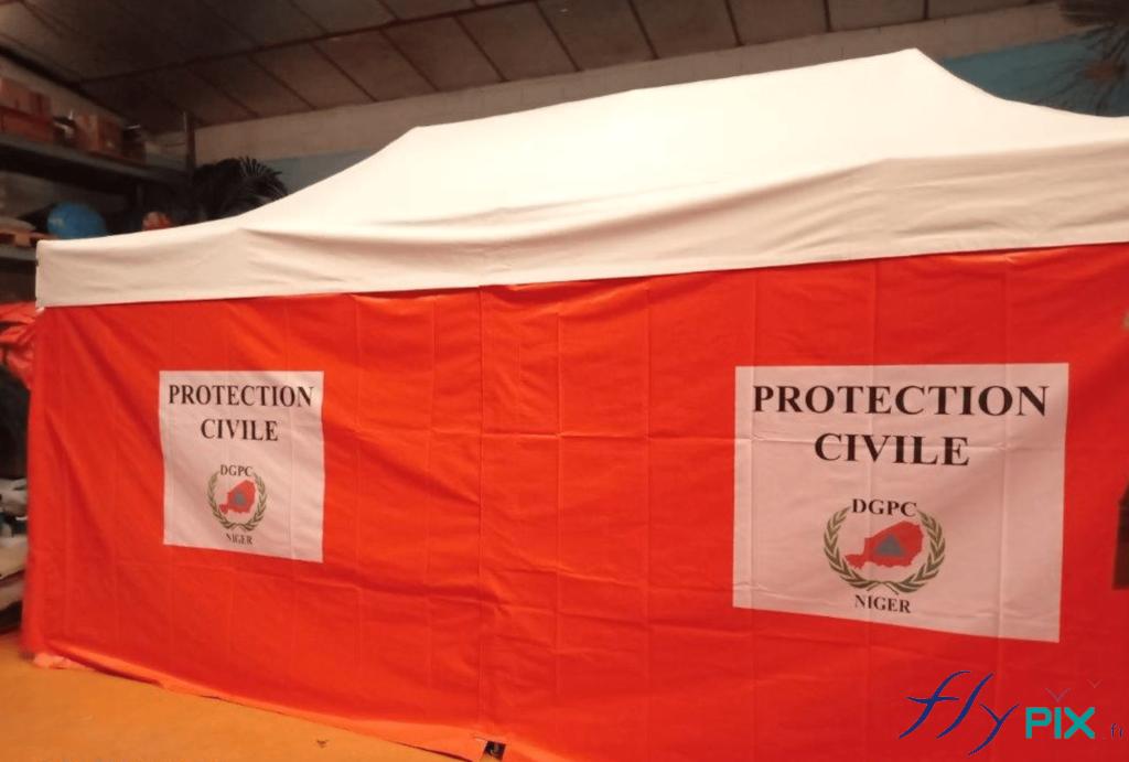 Les murs de la longueur de la tente PMA pliable sont divisés en 2 parties assemblées.