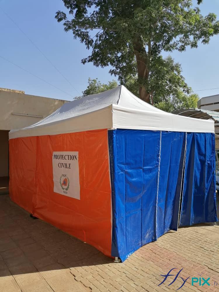 Test de la pose et installation d'une tente PMA pliable.