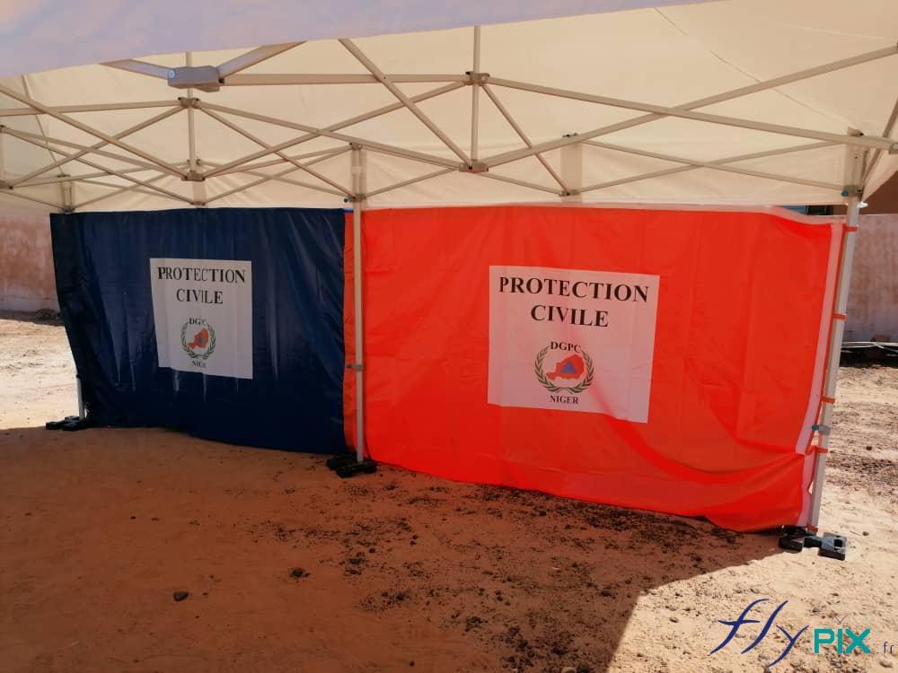 Une tente PMA avec des armatures pliables métalliques.
