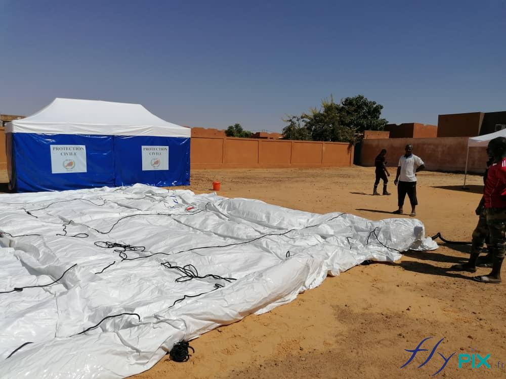 Déploiement en cours d'une tente PMA gonflable de grande taille, air captif.