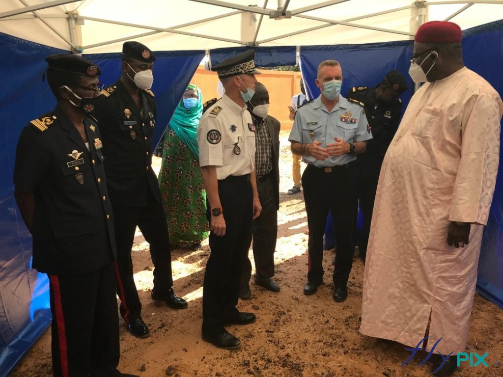 Des officiers de l'armée française présentent des abris de postes de premiers secours à des officiels du Niger.