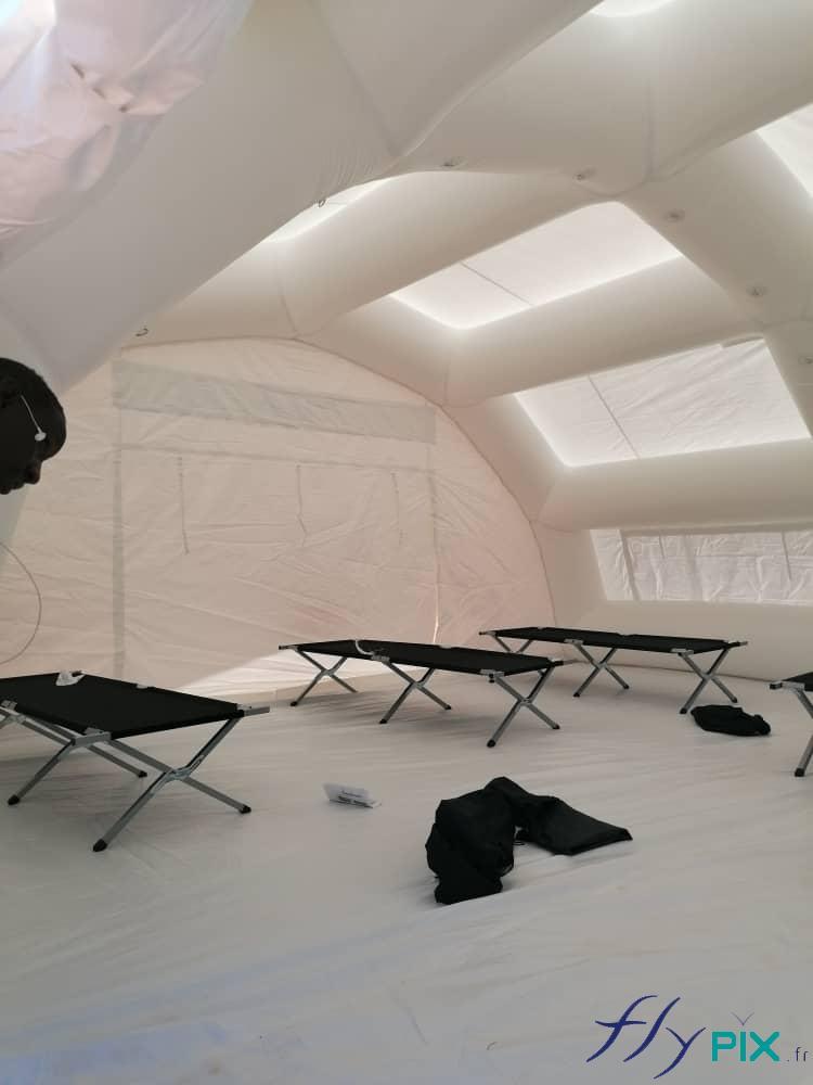Vue intérieure d'une tente de poste médical avancé.