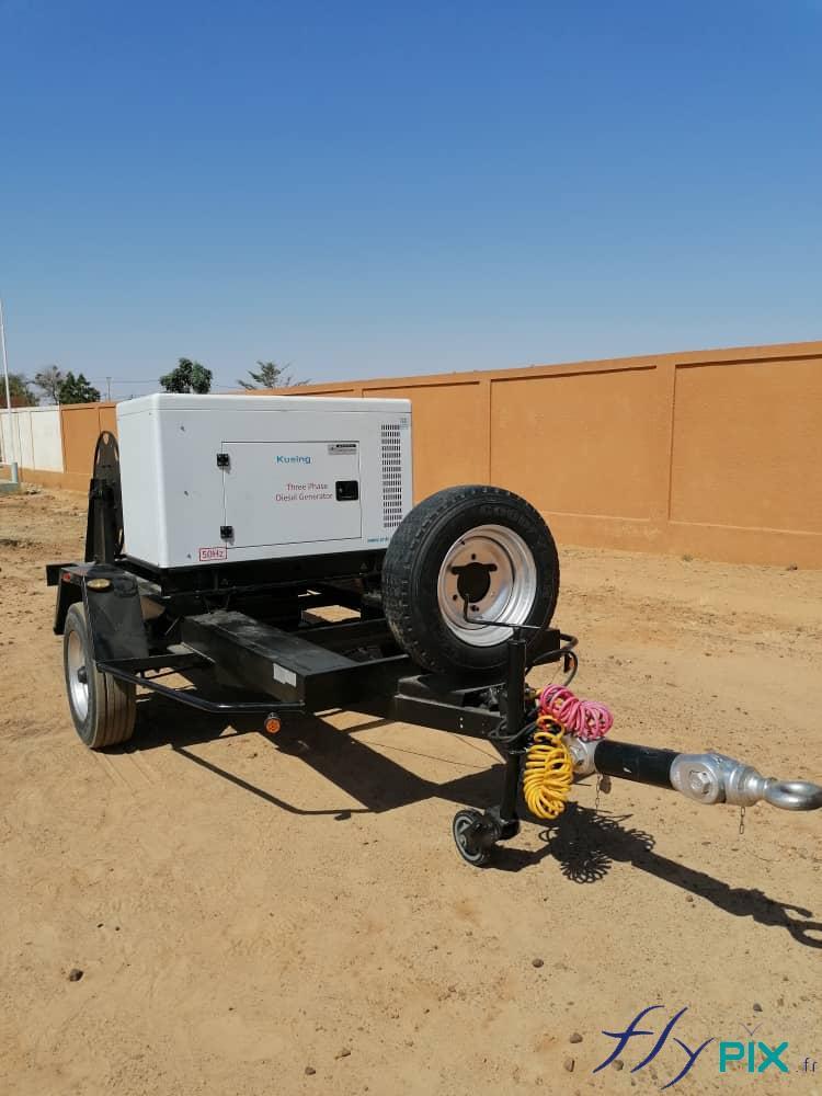 Un groupe électrogène sur remorque, qui va fournir l'électricité nécessaire à la pompe et au régulateur de pression.