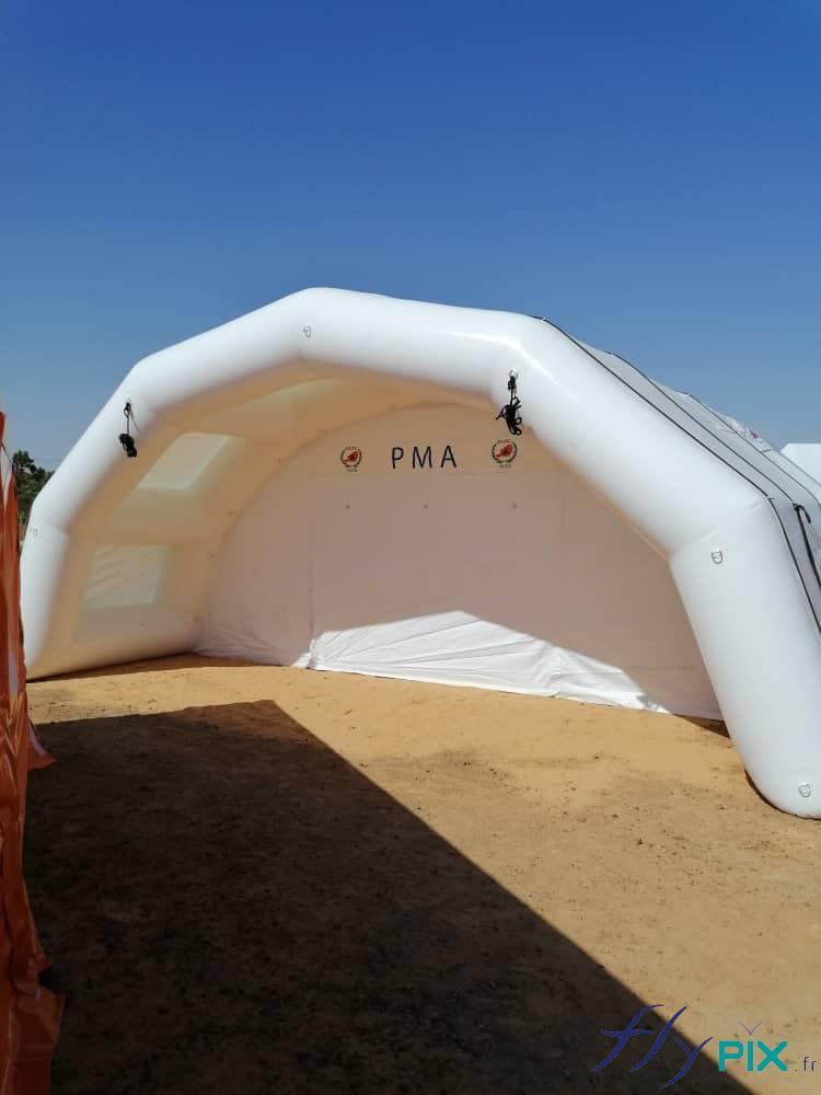 Porte d'accès et marquise de protection contre la pluie, de la tente médicale.