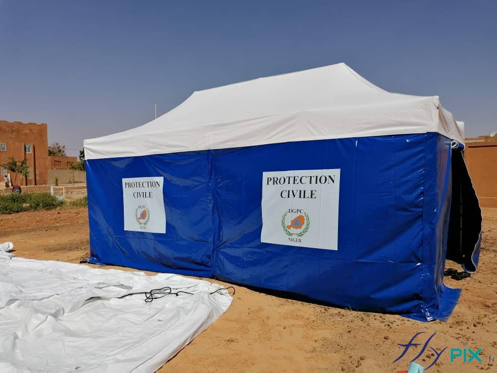 Vue générale d'une tente PMA 6 x 3 m pliable, avec des murs imprimés et personnalisé.