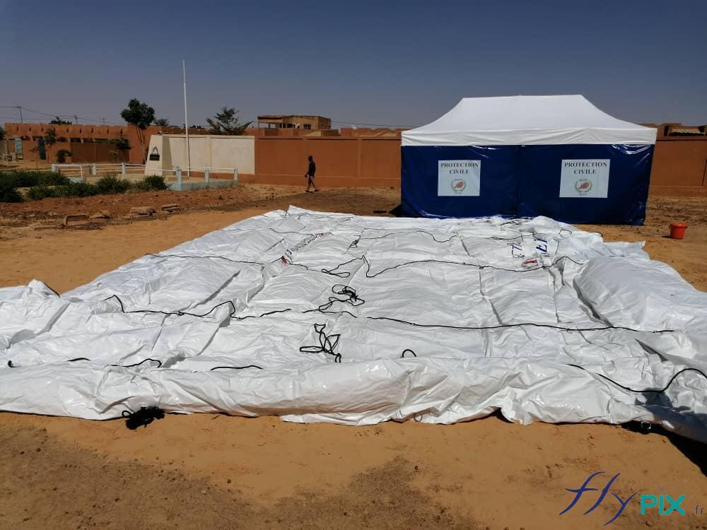 La tente PMA gonflable est entièrement dépliée avant la phase de gonflage.
