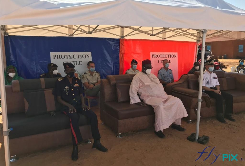 Des officiels, officiers et militaires de l'armée du Niger assistent à la présentation des abris et tentes postes médicaux avancés.