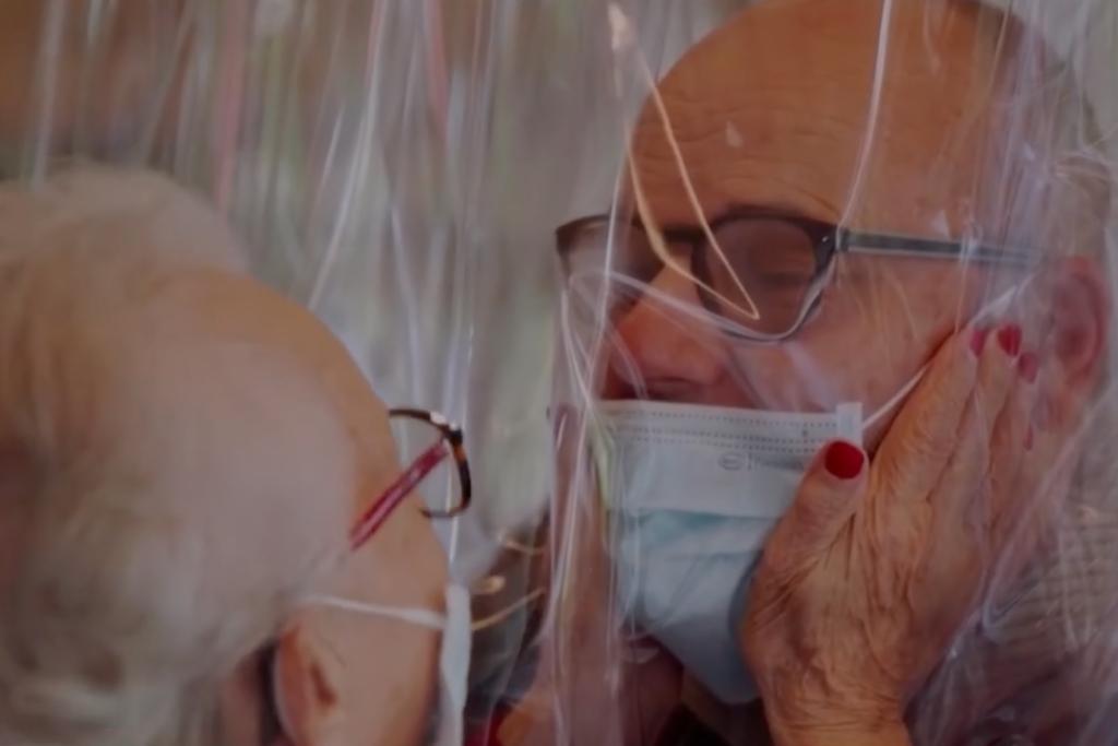 Tente gonflable câlins pour les personnes âgées en maison de retraite