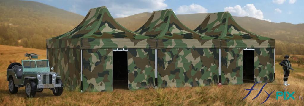 3 tentes PMA pliables assemblées ensembles pour faire une grande tente militaire, avec les murs et la toiture en totale impression numérique couleur, avec un motif de camouflage militaire.